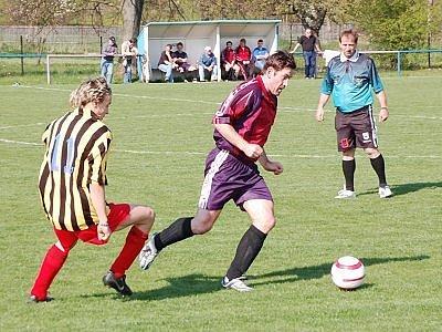 V utkání  III. třídy podlehli fotbalisté Strážova B svým hostům z Kolince 0:1. Na snímku uniká kolinecký Ladislav Joza strážovskému Janu Lorencovi (vlevo), vše pozorně sleduje rozhodčí Mudra.