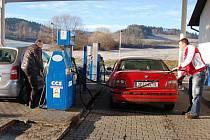 Drahé pohonné hmoty musejí tankovat motoristé i nadále