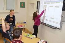 Měčínští žáci již využívají při výuce interaktivní tabule.