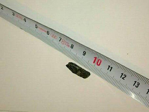 Kamínek, který prorazil pneumatiku příteli Ivany Horn.