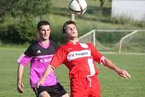 Okresní přebor mužů: Bolešiny - Luby B (v červeném) 0:3.