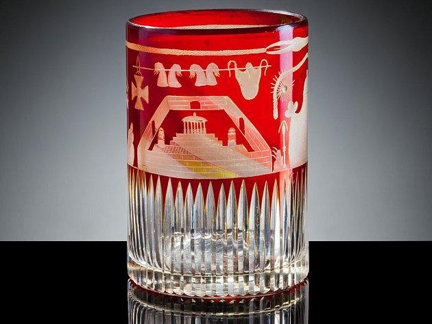 České zednářské sklo může vidět v Pavlonu skla Klatovy.