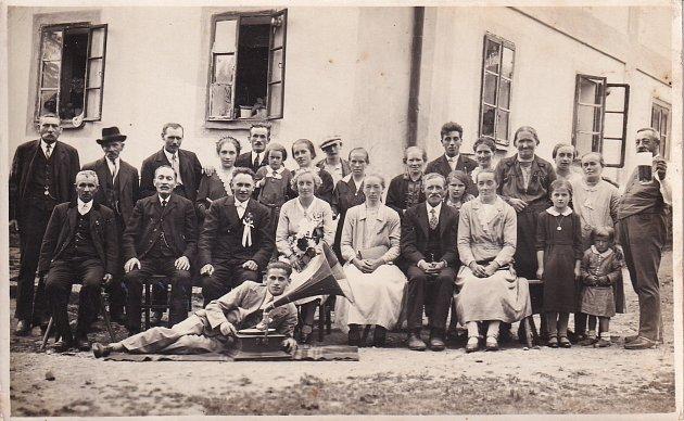 Rodina Emila Baierla před rodným domem.