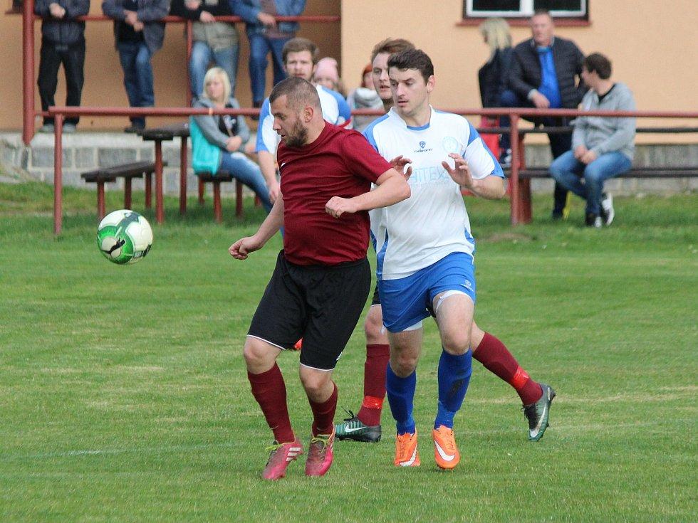 Fotbalisté Pačejova (na archivním snímku hráči v bílých dresech) porazili v derby Vrhaveč v penaltovém rozstřelu. Po 90 minutách skončil duel nerozhodně 2:2.