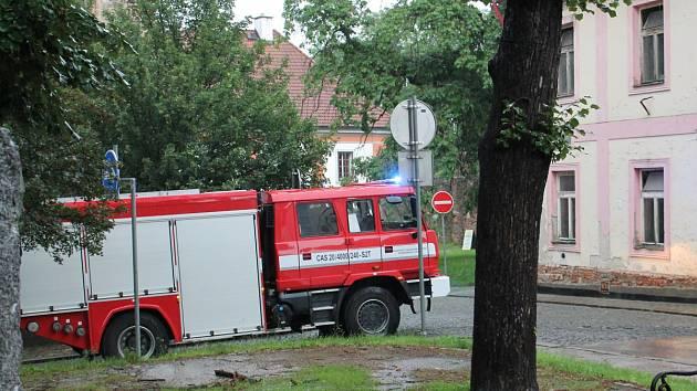 V Hostašových sadech museli hasiči odčerpat vodu z veřejného WC.