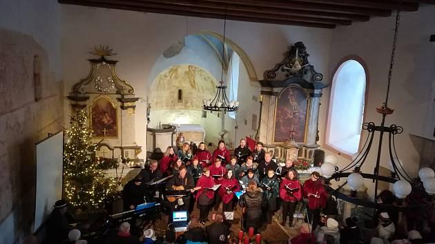 Koncert Žihelského sboru zaplnil kostel na Mouřenci.