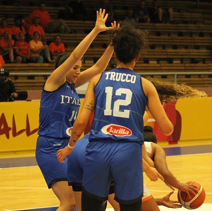 Úvodní zápas skupiny D mezi Nizozemskem (v bílém) a Itálií (hráčky v modrých dresech), který byl v prvním poločase velmi vyrovnaný.