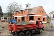 Nová zbrojnice pro chudenické hasiče vyrůstá v bývalé školní zahradě.