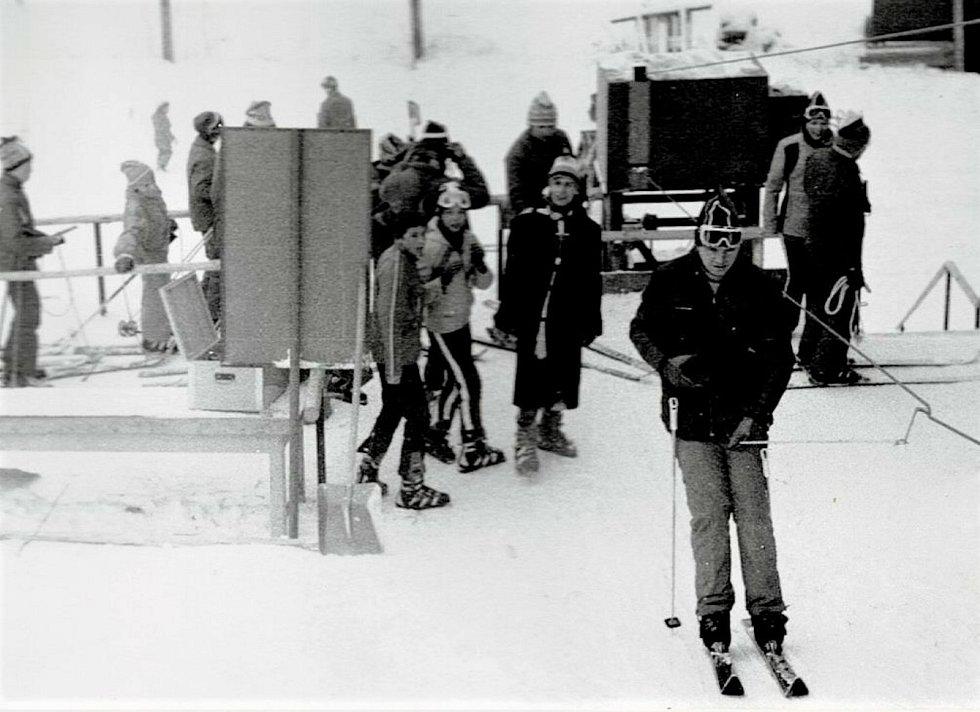 1980 – u spodní stanice vleku. Ačkoliv háčkové vleky vycházejí z lesních lanovek byly v oblasti jižních Čech velmi rozšířené, zde se jako závěs používaly vedle obvyklých háčků z kulatiny také odlévané kotvy, tzv. zvratky, které byly dominantou hlavně Zlín