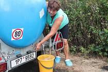 Pro pitnou vodu musí Jana Chmelíková v Horách Matky Boží už tři týdny k cisterně