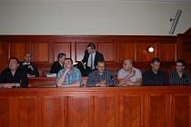 Ze sedmi obžalovaných jich přišlo šest. Zleva: Daniel Fuchs, Petr Červenka, Robert Schmiedt, Pavel Svoboda, Martin Holeček a Jan Donát, vzadu jsou advokáti.