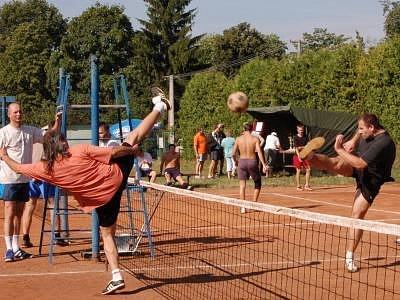 Na snímku v souboji u sítě vlevo Josef Podstatný z vítězného týmu Nám je to jedno a Miroslav Zezula ml. hájící barvy týmu Bory
