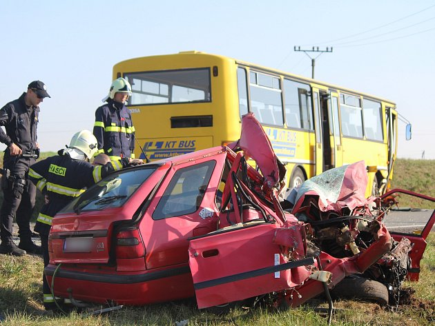 Srážka auta s autobusem u Klatov.