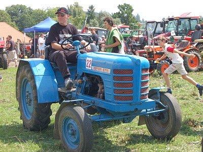 Již potřetí se do Mlázov na Klatovsku sjely traktory z celého okresu.