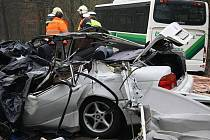 Tři lidé zemřeli při srážce BMW s autobusem na Vysoké
