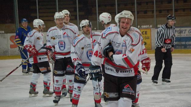 O vyrovnávací gól Klatov na 2:2 v nedělním druholigovém utkání proti Jindřichovu Hradci se postaral  útočník Roman Kuželík (vpředu). Ale to bylo ze strany Klatov vše, neskórovali už ani Jihočeši a o vítězi hokejového duelu nerozhodlo ani prodloužení.