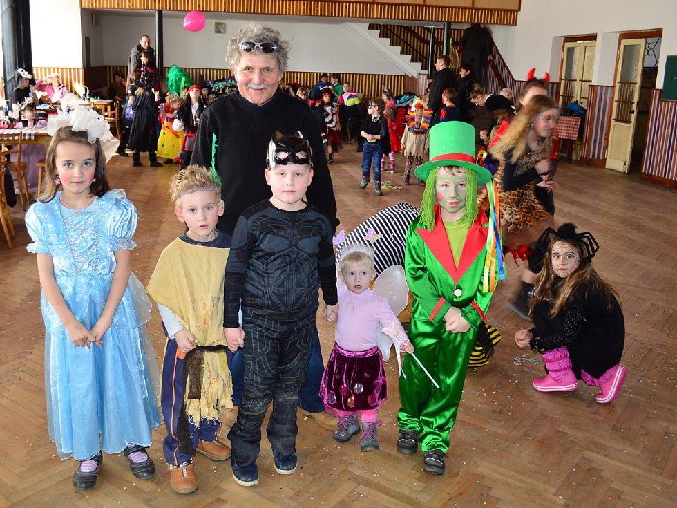 V Myslívě se děti bavily na maškarním plese.