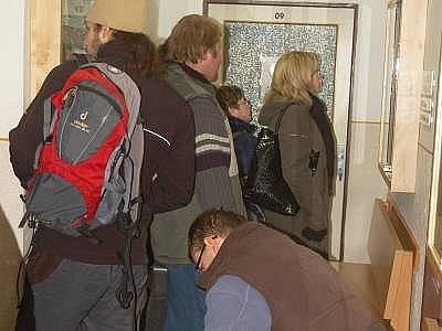 Fronta uchazečů na klatovském úřadu práce.