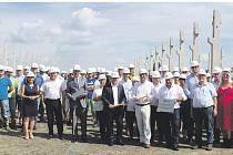 Za účasti zástupců firem Dobler Metallbau s.r.o. a Dobler Invest s.r.o., zástupců německého koncernu Dobler Metallbau GmbH a dalších významných hostů byl v pátek 18. srpna položen základní kámen ke stavbě nové výrobní haly v Nýrsku.