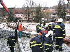 Sušičtí dobrovolní hasiči likvidovali v roce 2008 také následky zničující vichřice Emma.