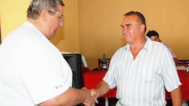 Na losovacím aktivu předal předseda OFS Klatovy Jan Červený Josefu Šotovi (vpravo) čestné uznání za celoživotní aktivní  činnost ve prospěch fotbalu v Pošumaví.
