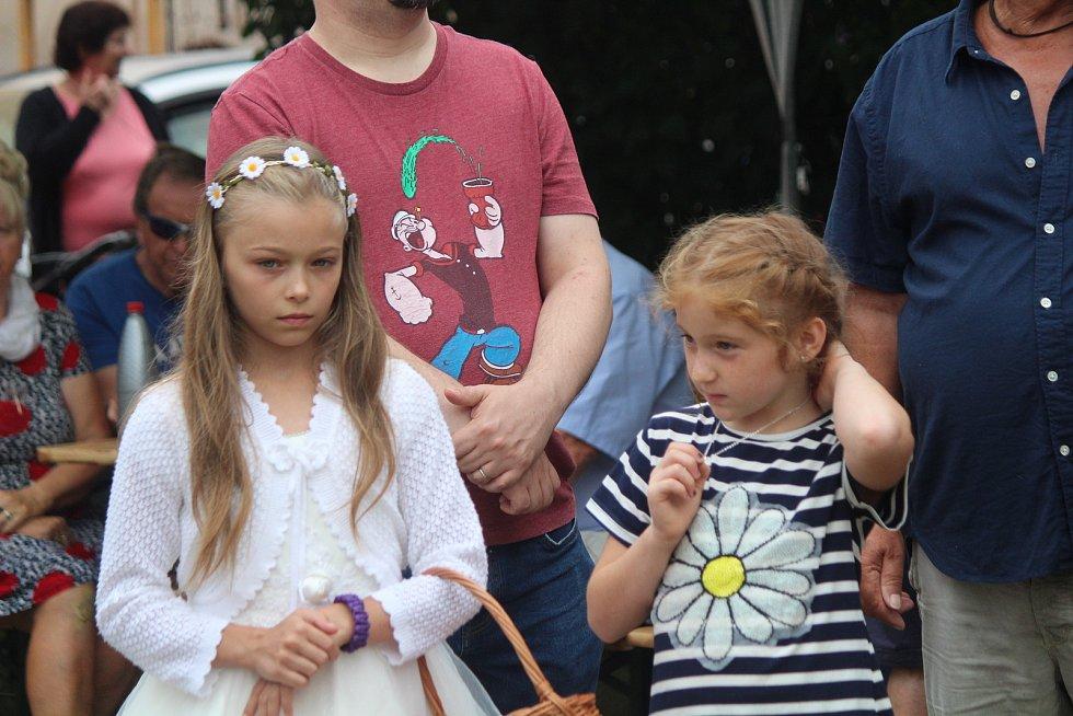 V Anníně u Dlouhé Vsi o víkendové pouti spočítali Anny a požehnali sochu.