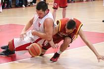 2. liga mužů: BK Klatovy (v bílém) - Sršni Sokol Písek 51:84.