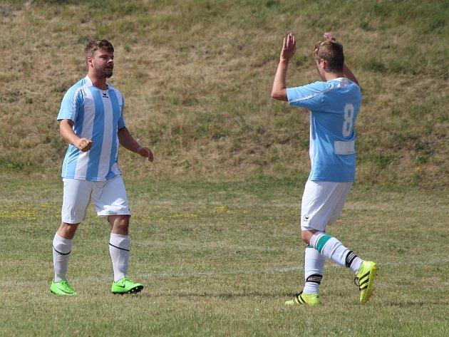 Nalžovské Hory (na archivním snímku hráči vmodrobílých dresech) porazily Hory Matky Boží 3:0 a slaví první body vprobíhající sezoně.