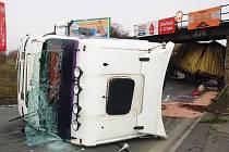 Kamion se pod viadukt v Lubech nevešel