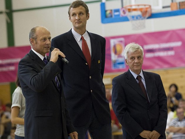 Basketbalový svátek v Klatovech slavnostně zahájili (zleva) starosta Klatov Rudolf Salvetr, místopředseda ČBF Jiří Zídek a komisař FIBA Europe Slobodan Orcević.
