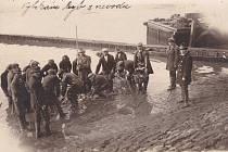 Výlov rybníka v Myslívě za první republiky.