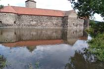 Vodní příkop hradu Švihov po opravě a napuštění.