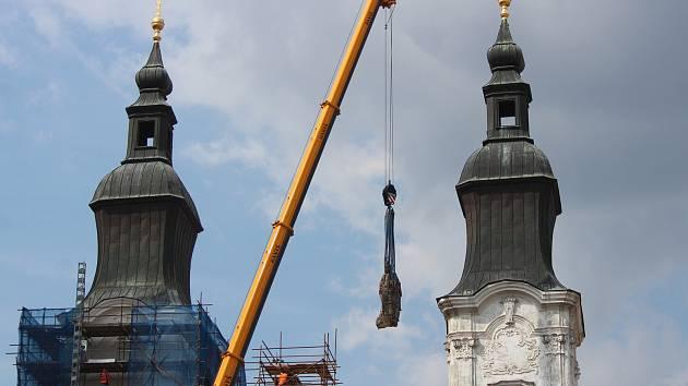 Z jezuitského kostela v Klatovech sundávali sochu.