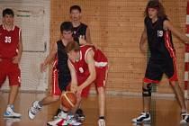 Mladí basketbalisté TJ Klatovy (černé dresy) uspěli na domácí palubovce v dalších dvou zápasech extraligy kadetů U16.  Sokol pražský odjel z Klatov s prázdnou po prohře 58:86