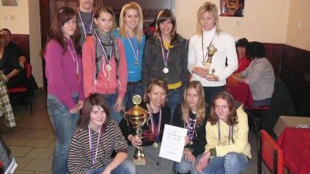 Královnami letní Dívčí amatérské fotbalové ligy 2008 byly zaslouženě Kobry Bolešiny A