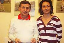 Mezi ženami byla nejlepší na tříkrálovém turnaji Alena Šnorová (na snímku s s pořadatelem turnaje Zdeňkem Králem).