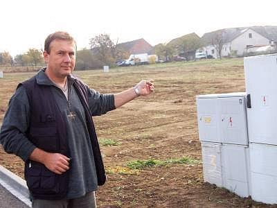 Starosta Mochtína Jaroslav Kanta ukazuje, kde jsou  v Mochtíně volné parcely na prodej.