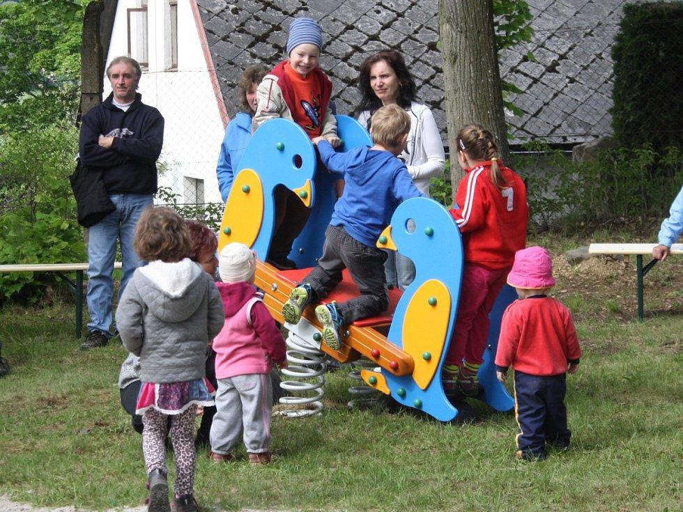 V Petrovicích u Sušice otevřeli nové dětské hřiště.