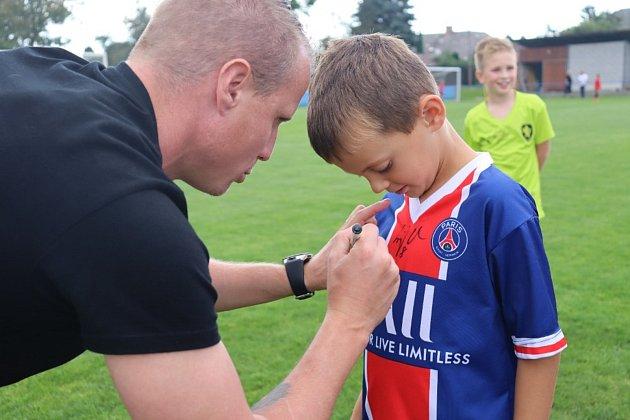 Náborová akce vKlatovech: děti si pod dohledem Davida Limberského užily zábavné fotbalové odpoledne.