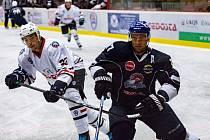 Hokejisté Klatov (na archivním snímku hráč v bílém) vyhráli v Táboře (modrý dres) 3:2.