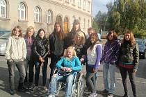 Studenti projížděli Klatovy na vozíku a zjišťovali dostupnost určených míst.