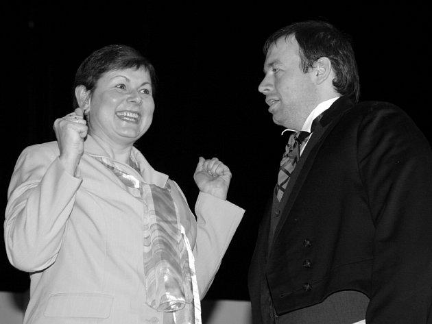 Ochotnický spolek Tyjátr Horažďovice uvedl v pátek 22.2. novou divadelní premiéru. Nastudoval komedii Robina Hawdona - Úžasná svatba.