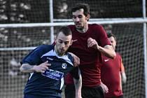 Z posledního zápasu Chanovice (hráč v červeném) na půdě Kasejovic (hráč vlevo).