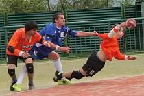 Národní házená, II. liga mužů: Vřeskovice (v oranžovém) - Čakovice 21:19.
