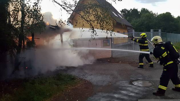 Požár auta v Železné Rudě. Foto. Hasiči Železná Ruda