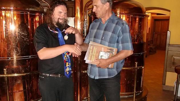 Jan Jirák (vlevo) při křtu své knihy o pivovarech v Dobřanech