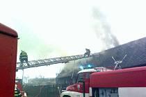 Požár střechy domu ve Velkém Boru