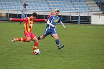 Na podzim fotbalisté staršího dorostu SK Klatovy 1898 (v modrém dresu) porazili jihočeské Strakonice (hráč vlevo) vysoko 5:2. O tři góly zvítězili i nyní na hřišti soupeře.