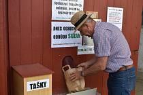 Unikátní bramboromat ve Velharticích na Klatovsku předvádí Viktor Kopačka.