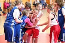 Nejmladší minižákyně U11 - kvalifikace o národní finále: BK Klatovy (bílé dresy) - BK Lokomotiva Karlovy Vary 58:14